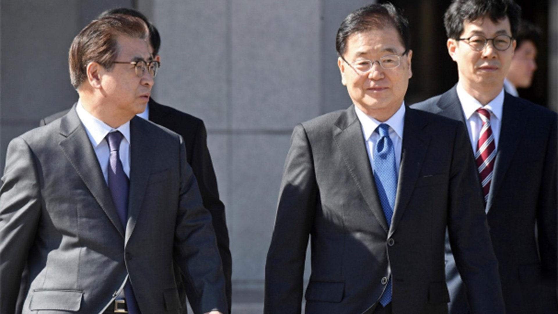El enviado surcoreano Chung Eui-yong (segundo a la derecha) se reunirá con el Consejero de Seguridad Nacional de los Estados Unidos, H. R. McMaster