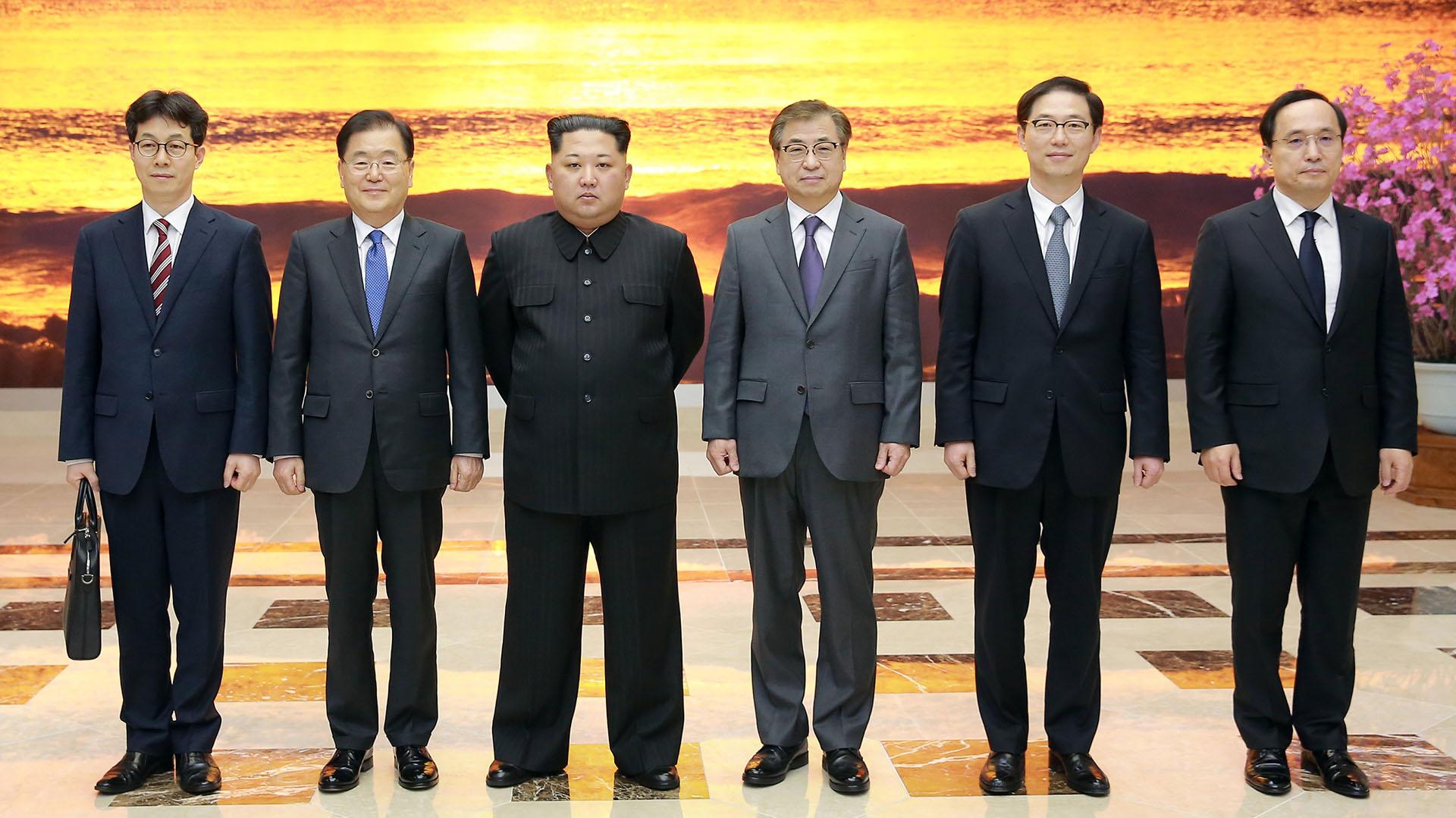El dictador norcoreano Kim Jong-un junto con la delegación de Corea del Sur. (Reuters)