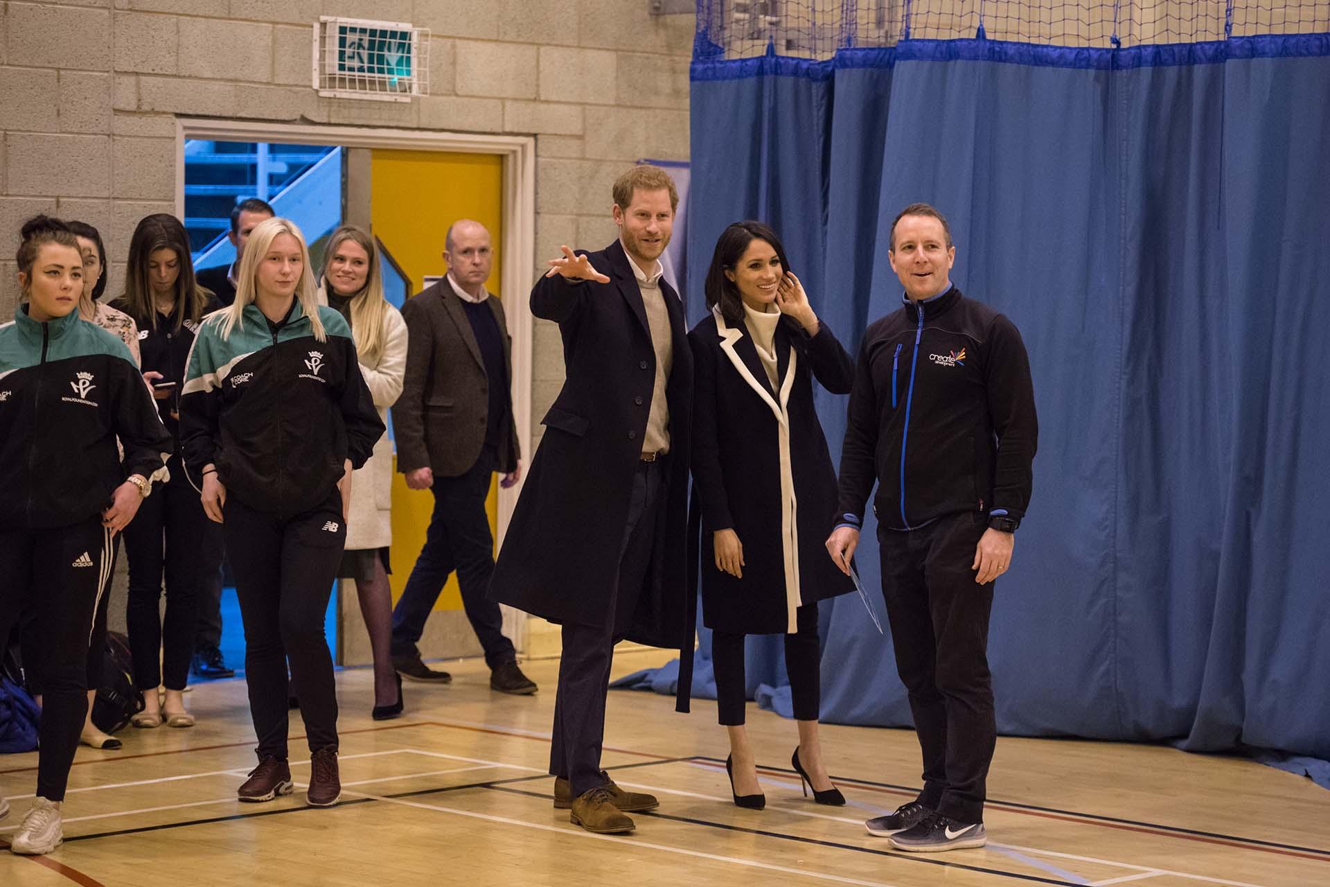 La futura Duquesa de Sussex, ya es una referente de estilo global, optó por un look simple y clásico, que incluyó tapado, suéter de cuello alto, pantalones cigarette y stilettos