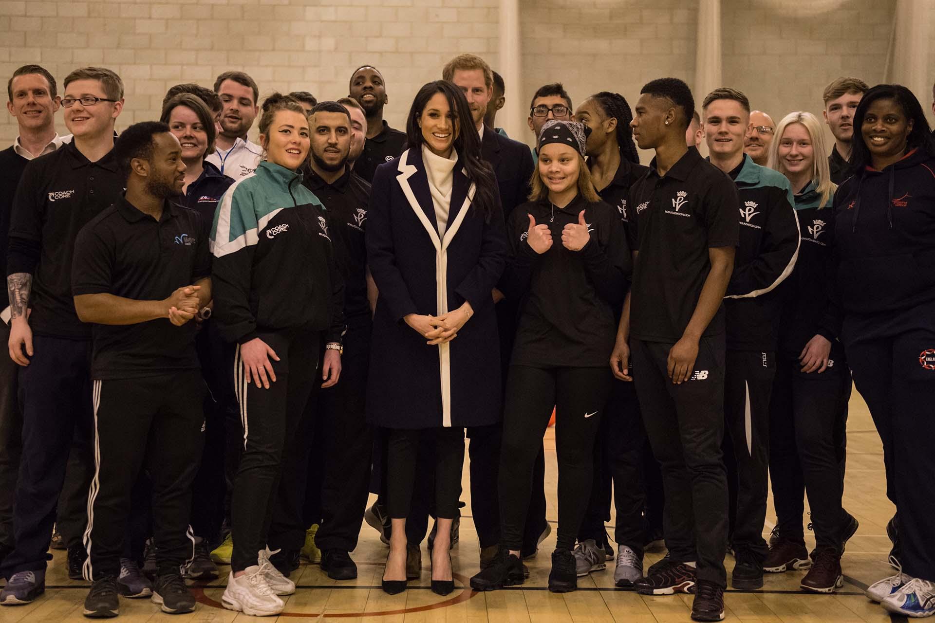 Los futuros Duque de Sussex posaron junto a los coaches básquet del centroNechells Wellbeing Centreen Birmingham . (AFP PHOTO / POOL / OLI SCARFF)