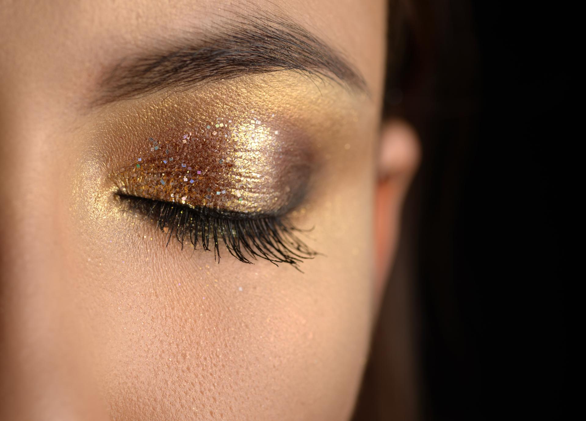 Smokey eye con tonos dorados y negros para lograr un look metalizado (Getty Images)