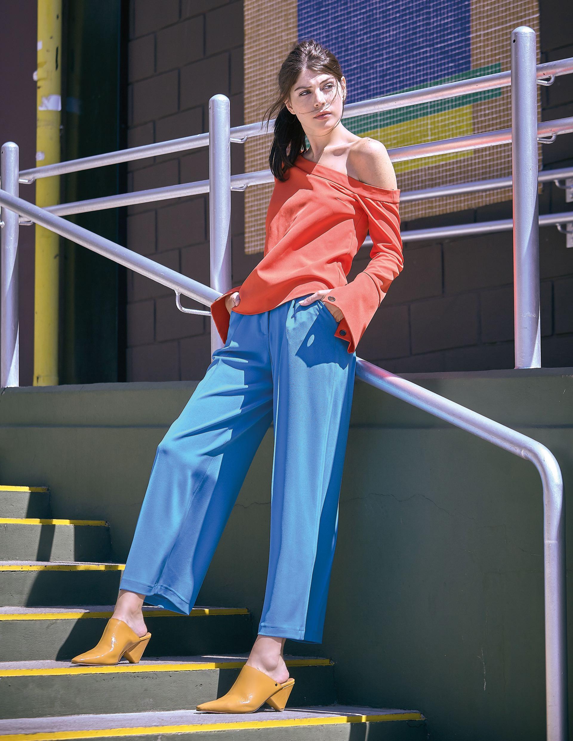 Blusa asimétrica ($ 2.600, Uma), pantalón ancho ($ 2.490, Las pepas) y zuecos de charol ($ 5.400, Uma).
