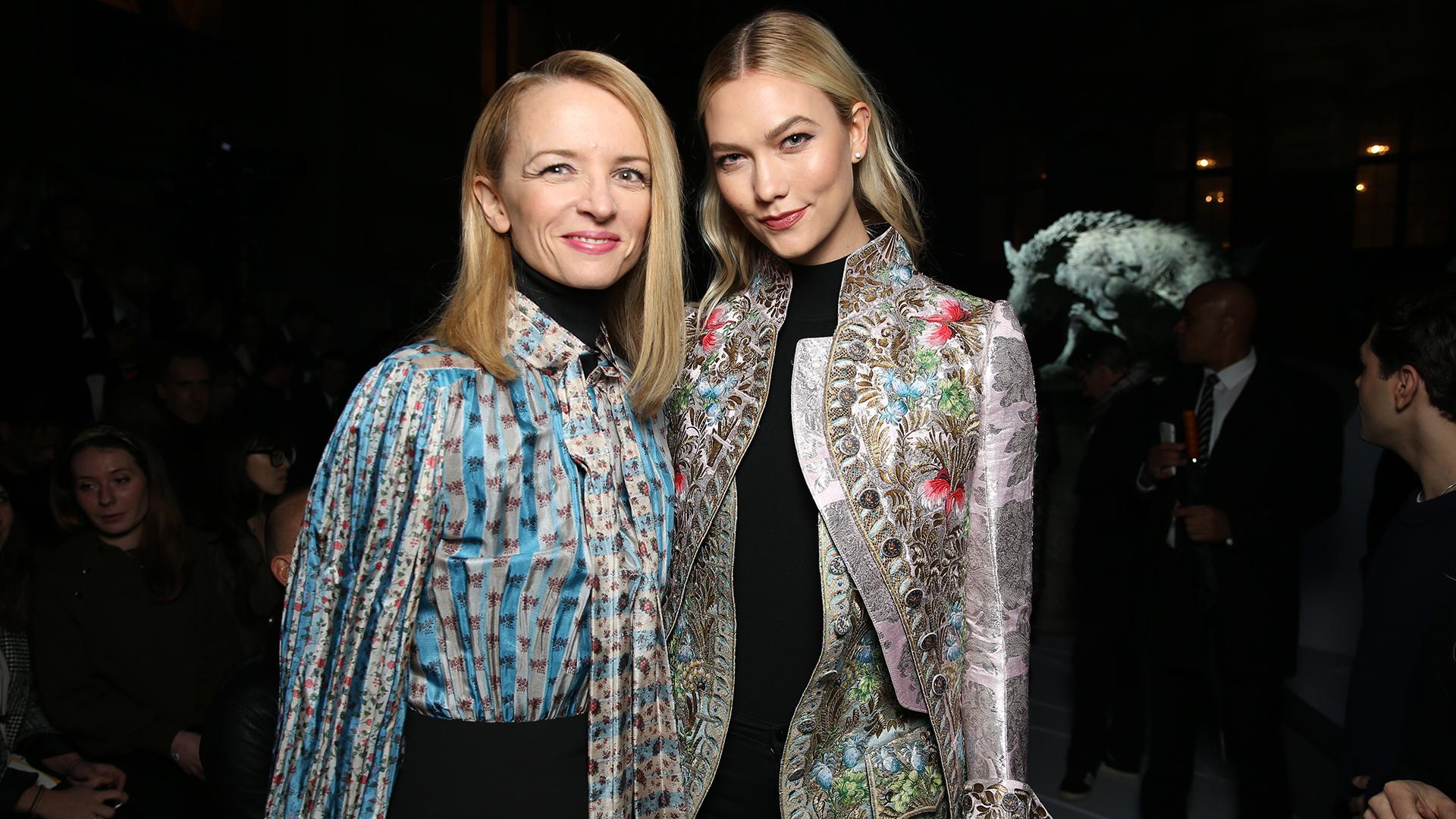 La directora empresarial de Louis Vuitton, Delphine Arnault y la modelo Karlie Kloss siguiendo de cerca la presentación de la firma