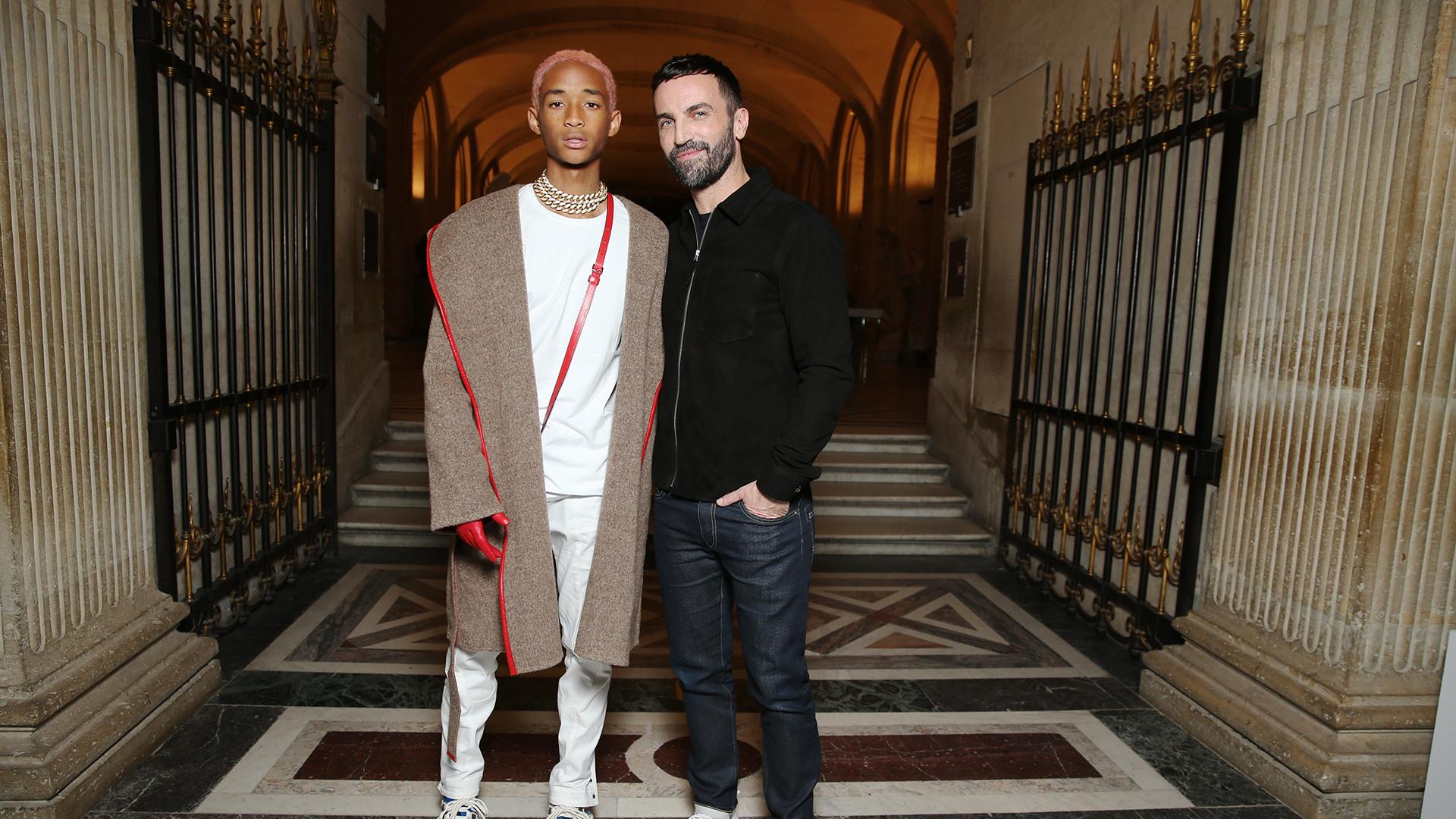 El estilo inconfundible de Jaden Smith , total white con abrigo oversize y guantes rojos de cuero, acompañado a Nicolas Ghesquière