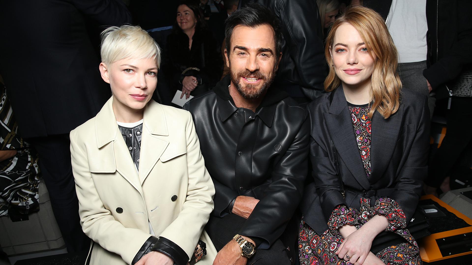 La actriz, Emma Stone junto al director creativo Nicolas Ghesquiere y Michelle Williams, musas de Louis Vuitton desde la primera fila