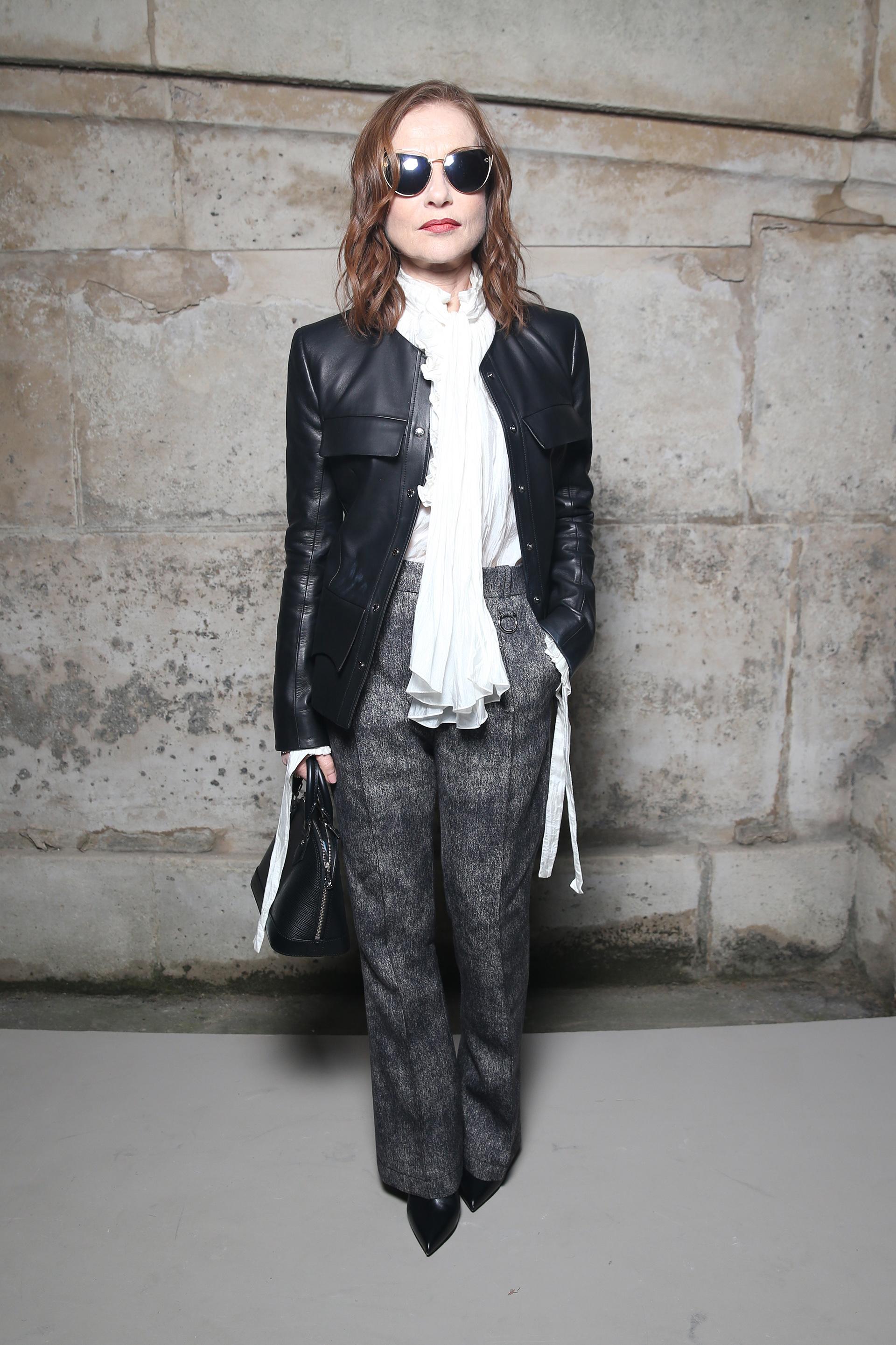 Isabelle Huppert, figura de cada presentación, optó por un look conservador en blanco y negro