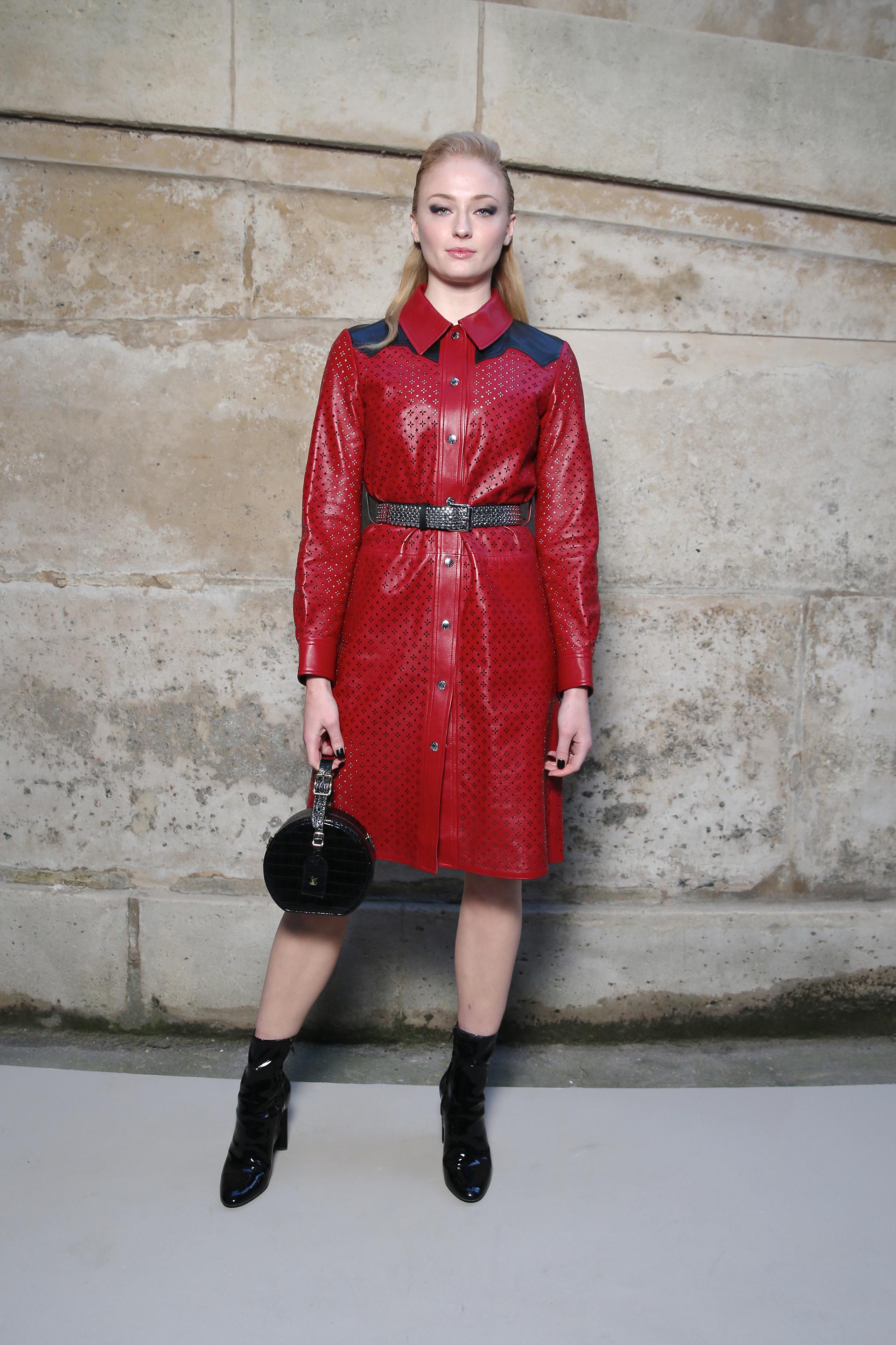 El look audaz en cuero rojo de la actriz Sophie Turner