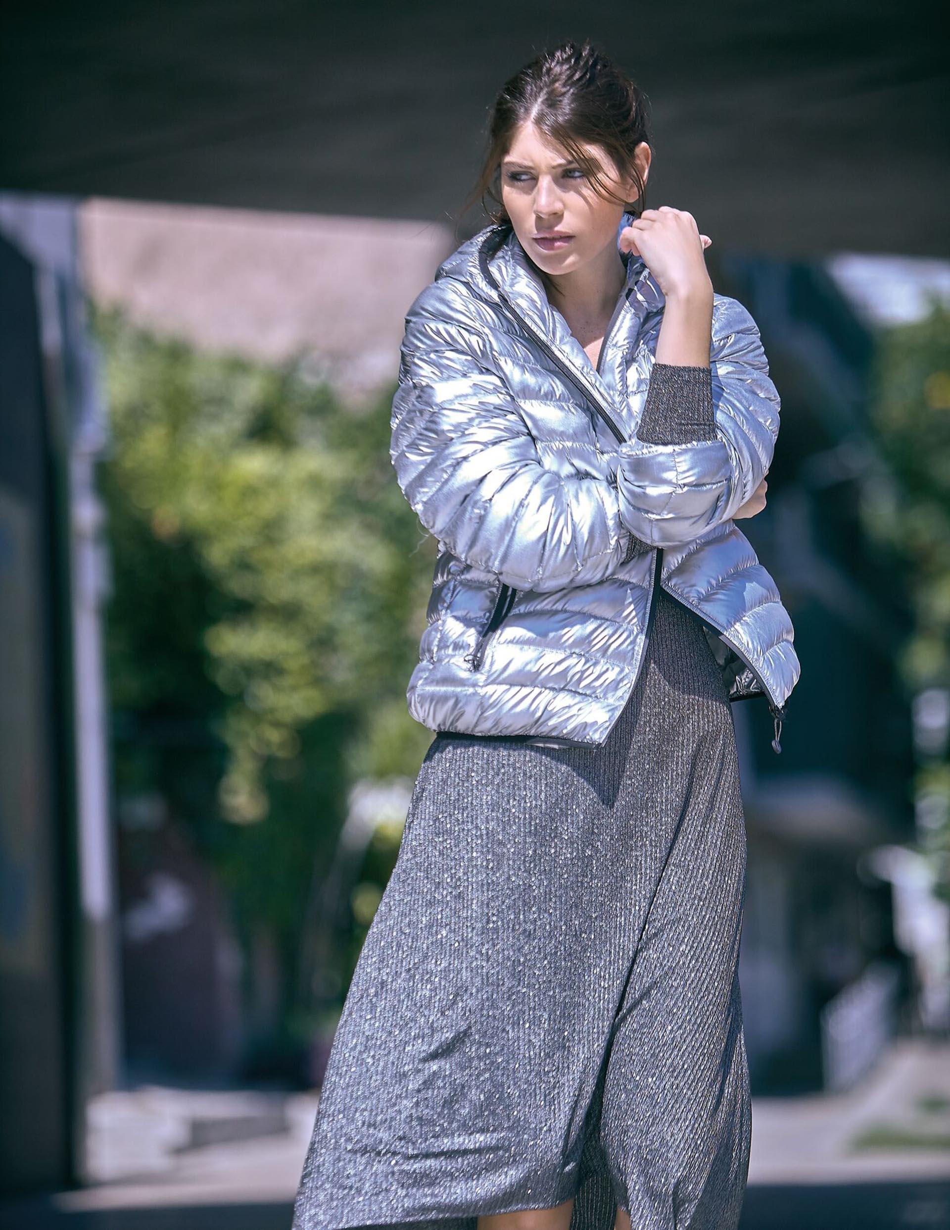 Vestido de lúrex irregular ($ 2.685, AY Not Dead) y campera inflable ($ 2.200, XL Extra Large).