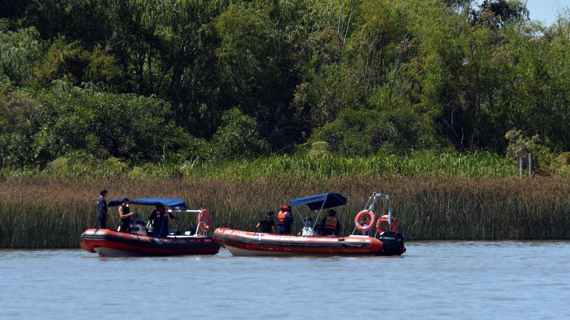 Dos de las embarcaciones que participan del operativo (Télam)
