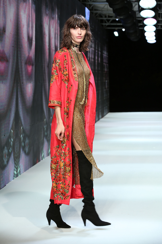 Kimono, una de las prendas que sigue para la temporada otoñal, con un vestido transparente dorado y botas bucaneras de gamuza. Telas finas como tules y micro tules crean esta tendencia inspirada en el Japón