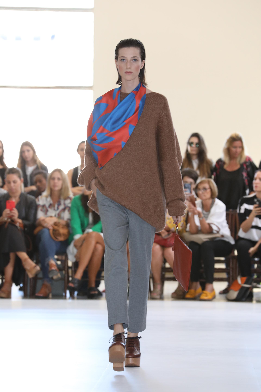 Mishka. En el invierno predominarán los tejidos y sweaters oversize. Las booties acordonadas son un clásico de cada temporada. Materiales como madera, charol, gamuza, cuero curtido se vieron en pasarela