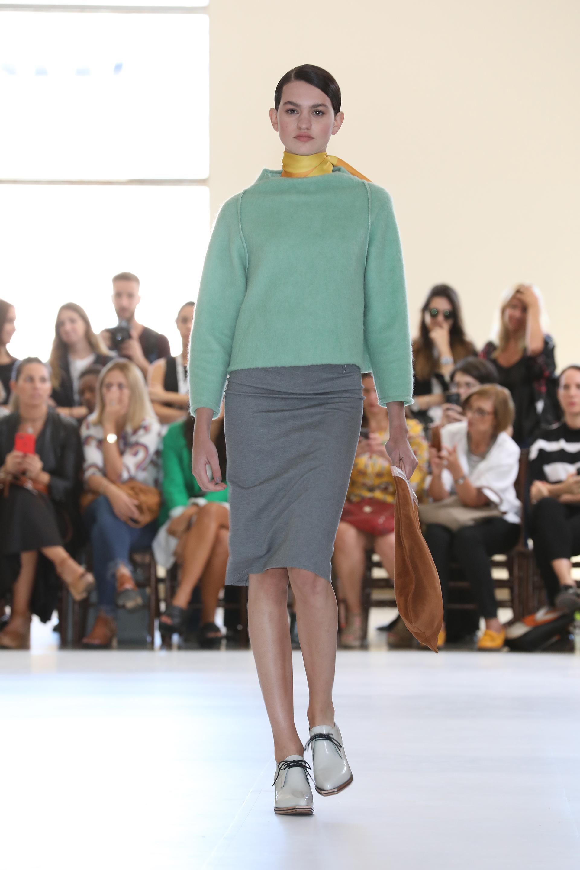 Pastel, amarillo y gris: una combinación perfecta para afrontar las bajas temperaturas. En su línea de calzados se presentaron clásicos como mocasines, abotinados, pumps y botas envolventes