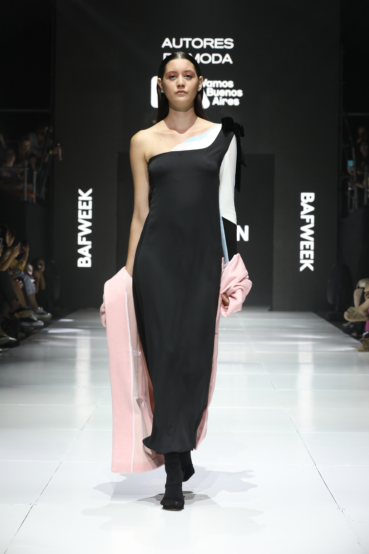 Los autores de moda tuvieron su espacio en la BAF. Un diseño de un solo hombro con detalles blanco y negro en chiffon, acompañado de saco rosado