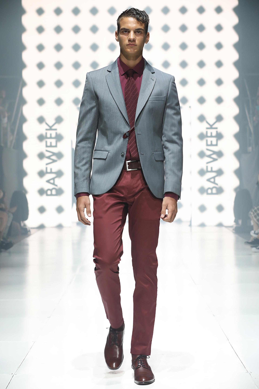 Bordó y gris, dos colores característico de la temporada. Cinturón, zapatos y camisa a tono