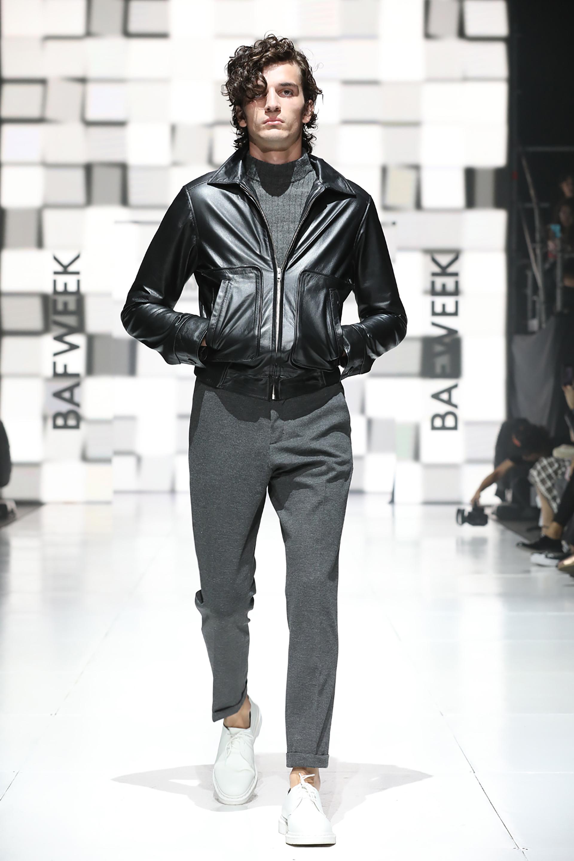 Sporty chic, con pantalón de vestir en gris, polera de morley combinado con biker de cuero