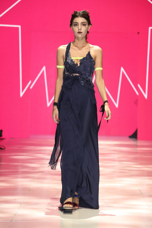 Azul noche para reemplazar al clásico negro. Gasa plisada y seda, una combinación perfecta para un vestido