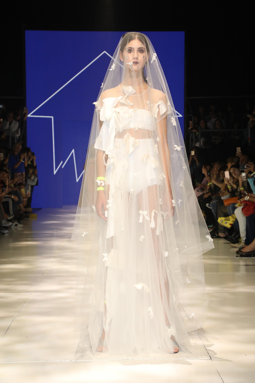 Una novia al estilo de HOMC, de dos piezas y velo de tul y bordado de moños