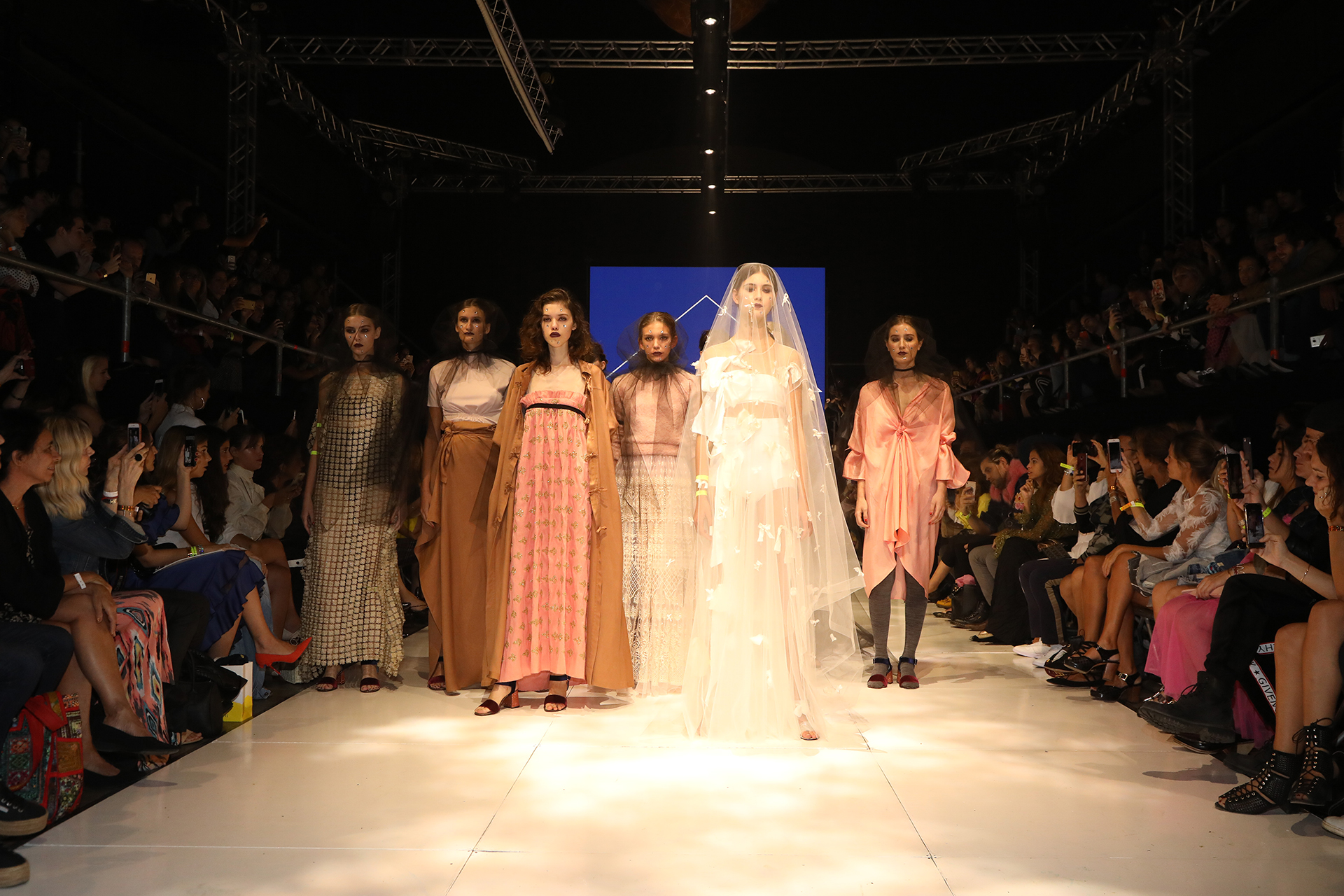 House of Matching Colours al final de su show en BAFWeek