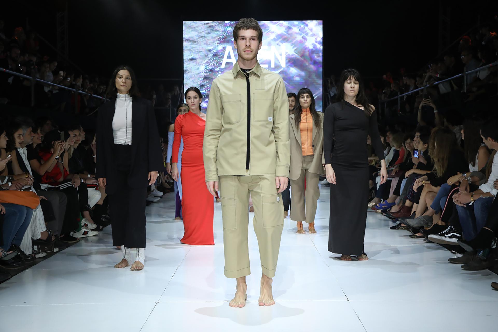 Sin estampados, sastrería y vestidos asimétricos, la propuesta de ALEN para el invierno 2018