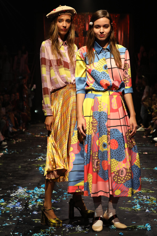 Flores y gometrías en colores pasteles, rosa, amarillo, celeste, nude y bordó. Camisas de seda y faldas con pliegues y tablas de cintura alta