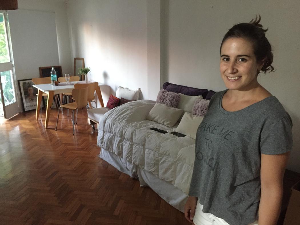 Azul Osman dentro de su departamento. Foto por Laura Santos