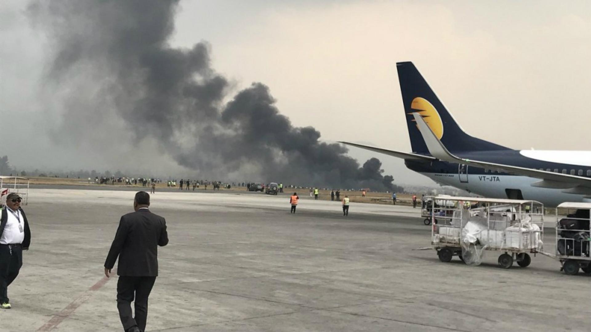 Una densa columna de humo le siguió al accidente y a la actuación de los bomberos que apagaron el siniestro (Twitter)