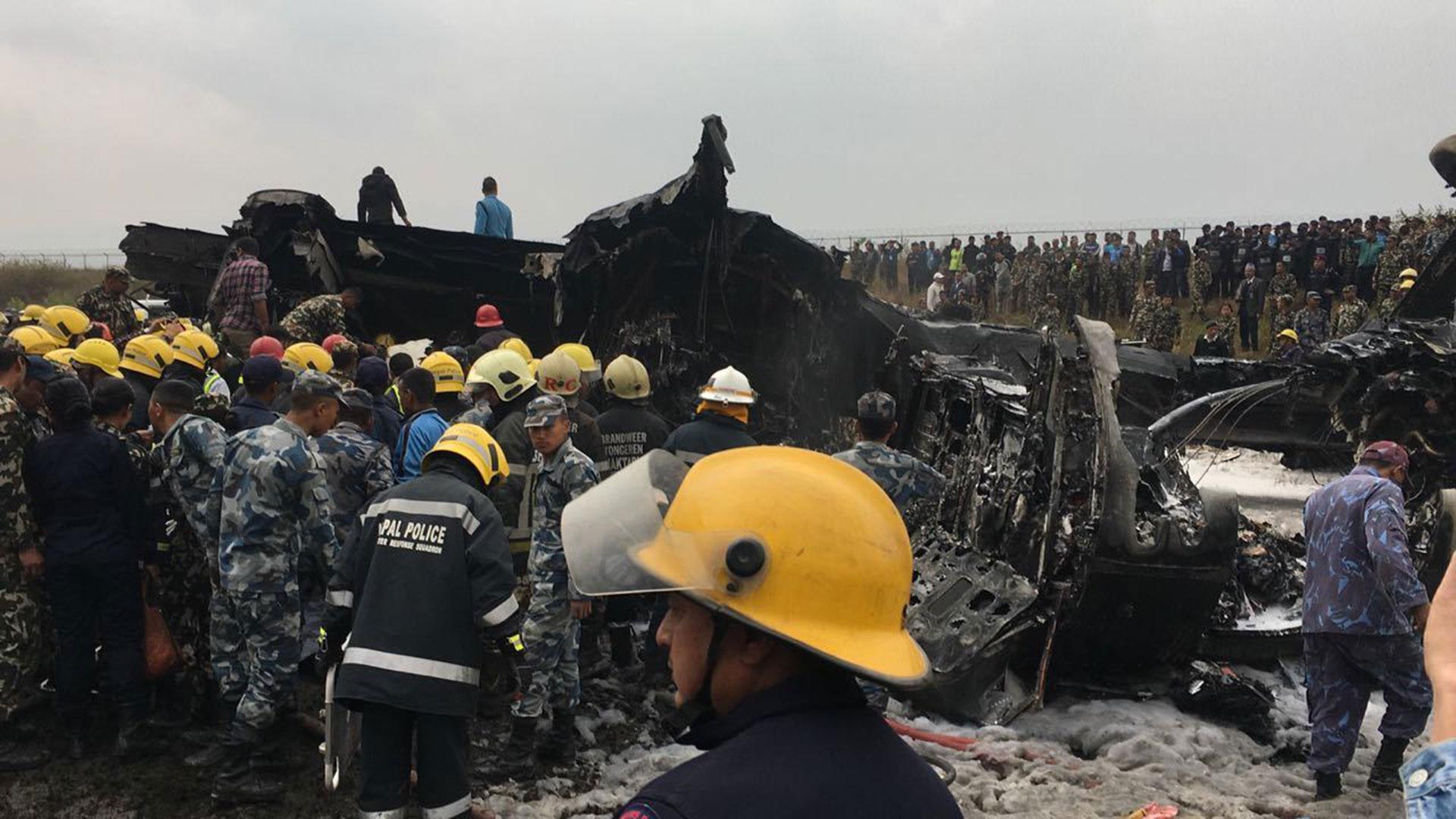 Los equipos de emergencia asistidos por militares trabajan pararetirar los cuerpos