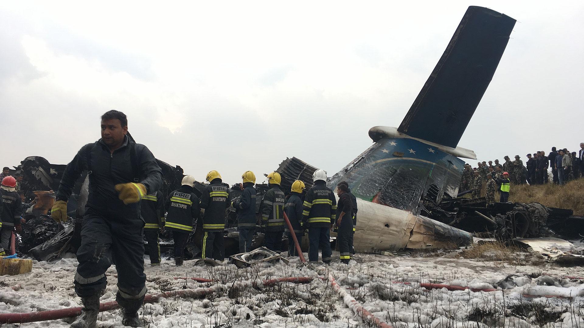 Los bomberos tratan de rescatar a los pasajeros después de apagar el incendio