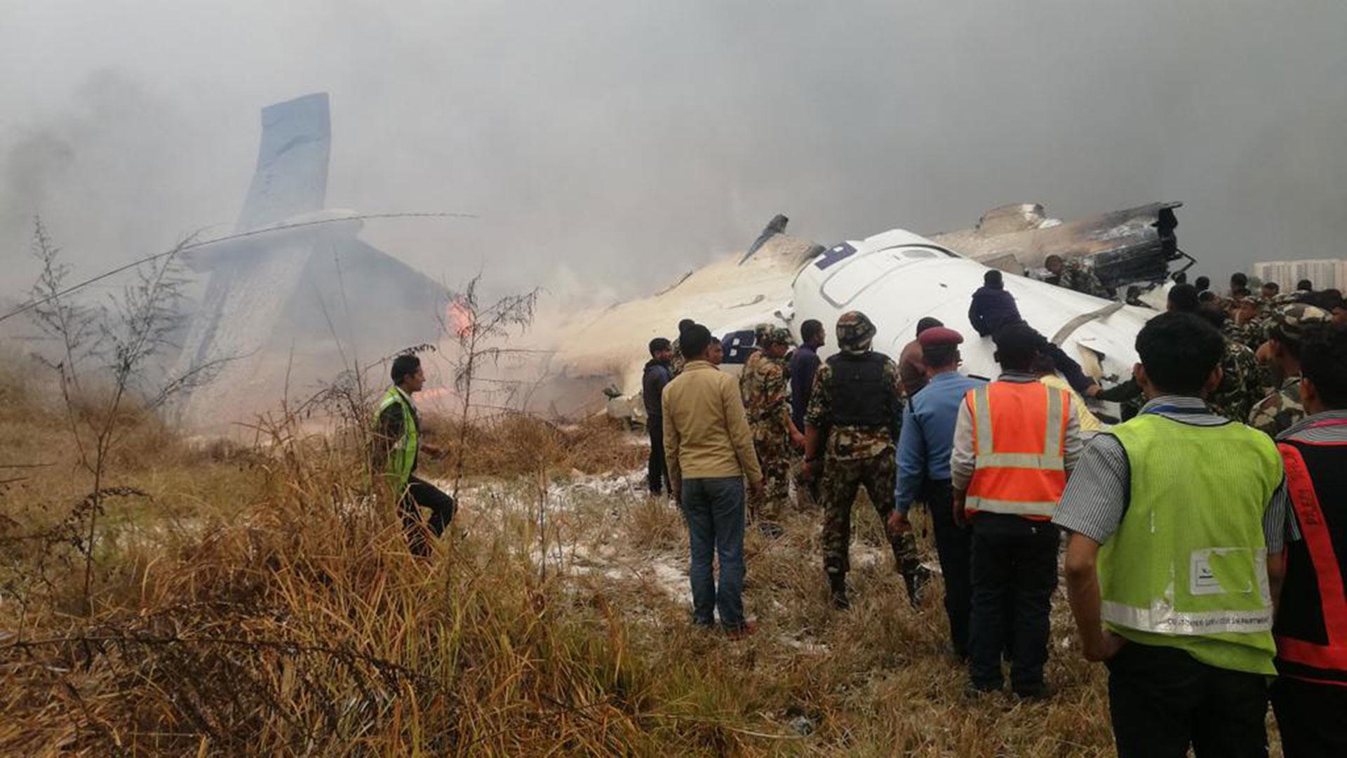 Al tocar la pista, el avión salió de la cinta asfáltica y terminó en un campo de fútbol adyacente al aeropuerto