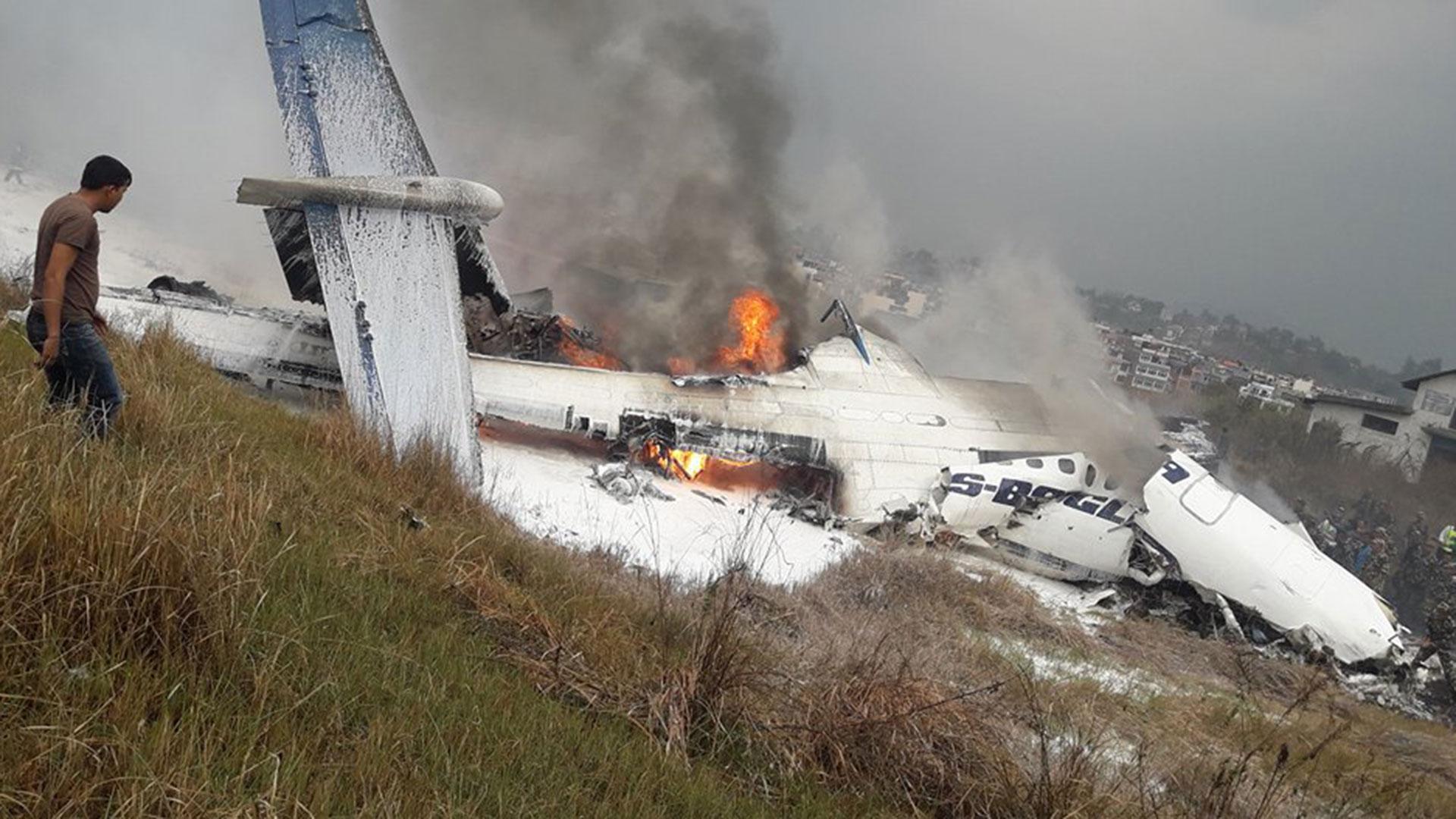 El incendio comenzó después de que el avión no consiguió mantenerse en la pista del aeropuerto