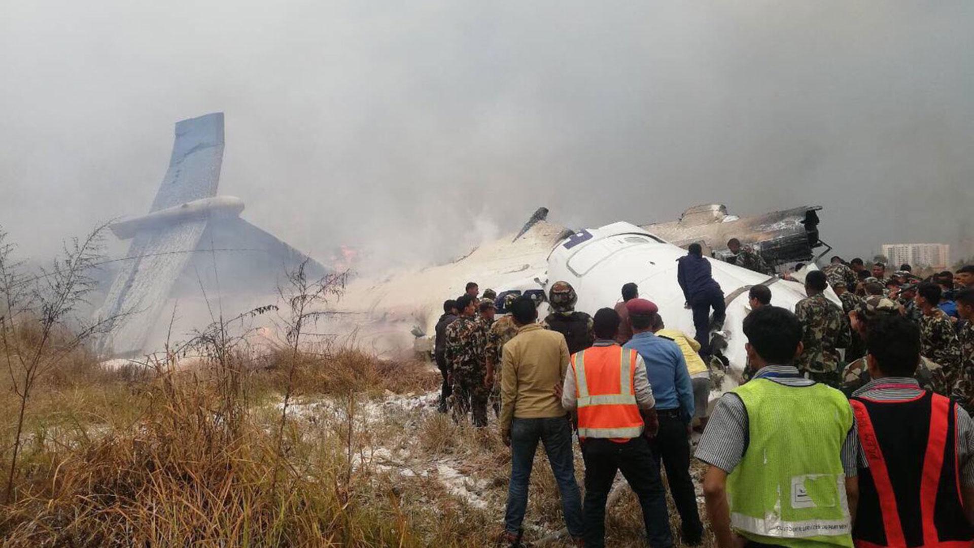 Apenas cayó el avión, decenas de curiosos se acercaron al lugar