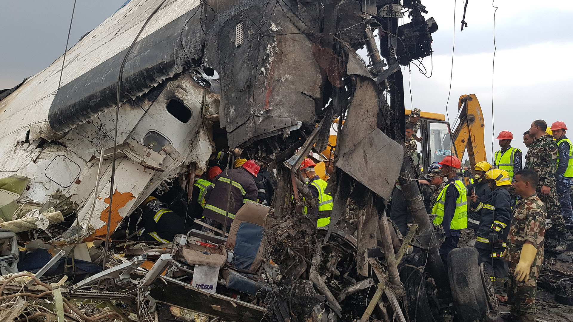 Hierros retorcidos entre los que los servicios de rescate tratan de hallar a los infortunados pasajeros