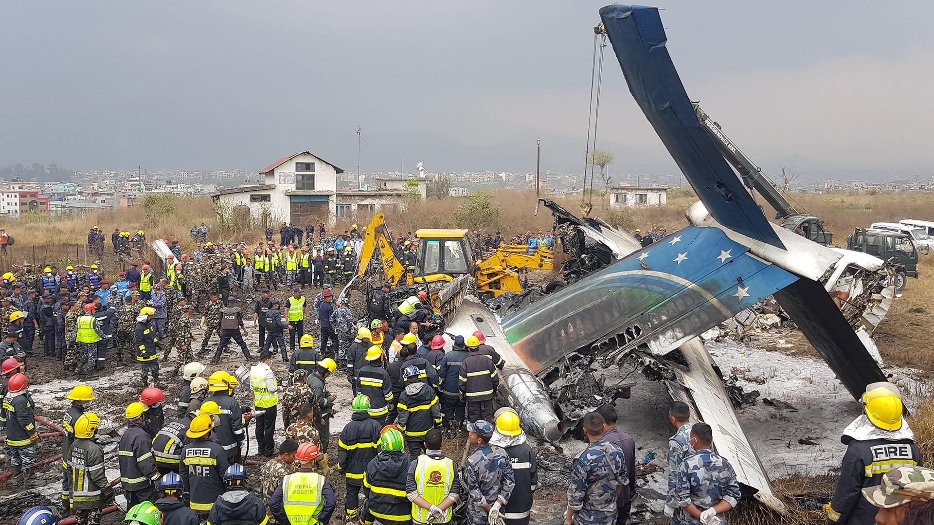 Palas mecánicas, grúas y autobombas rodean el lugar donde cayó el avión
