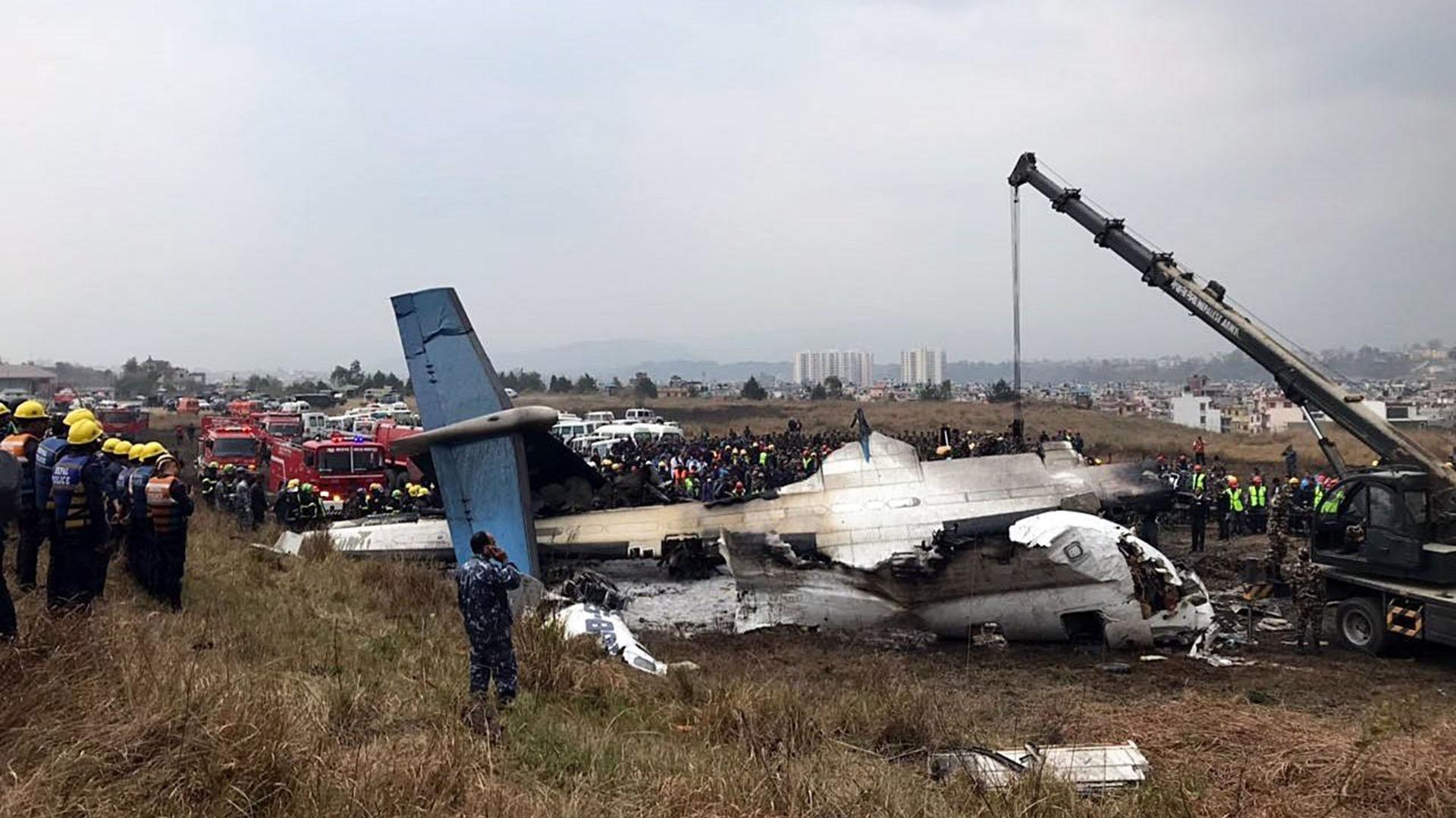 Los equipos de rescate trabajan junto al avión que se estrelló en el aeropuerto de Katmandú
