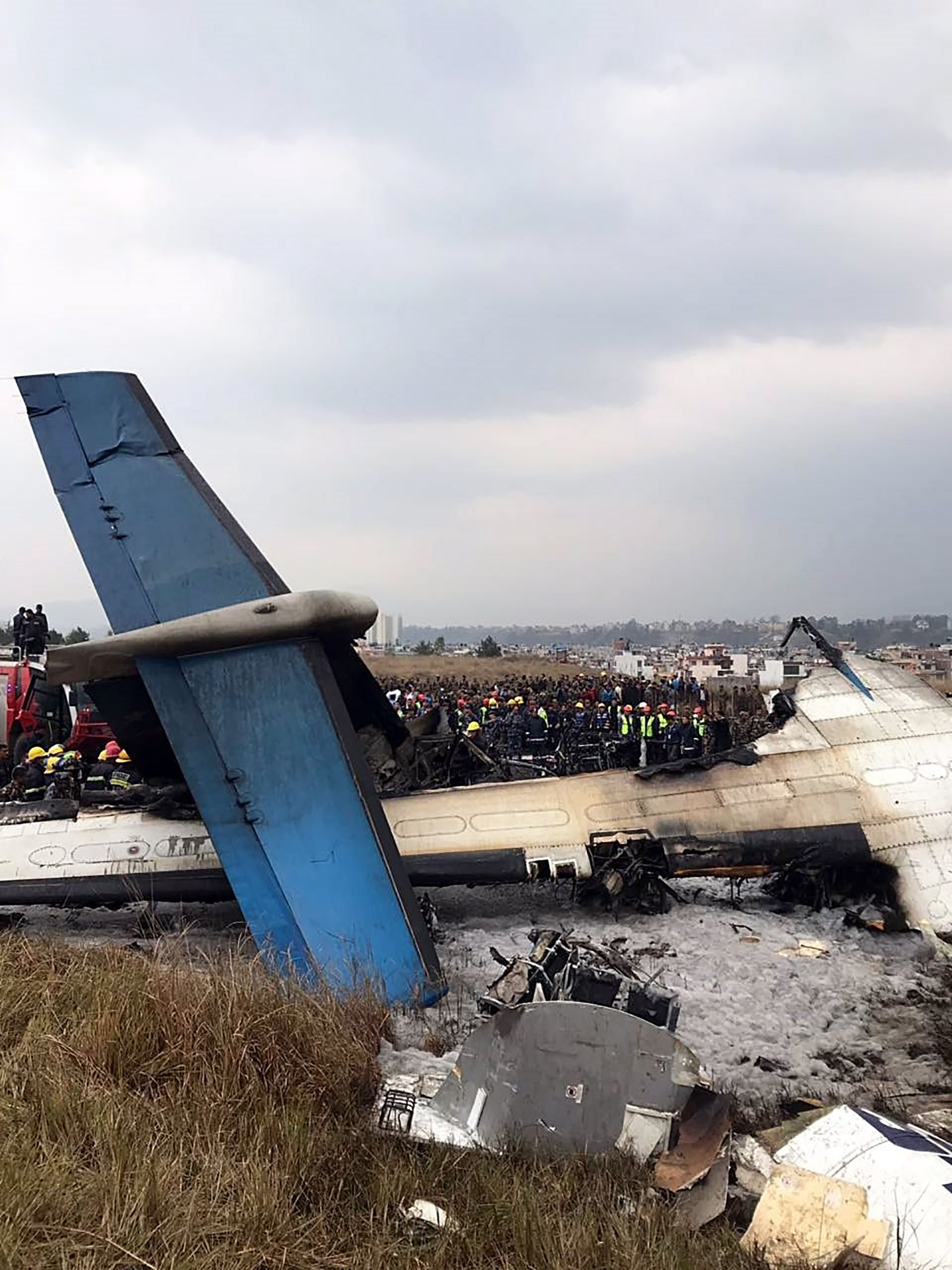 Rescatistas trabajan removiendo los restos del avión