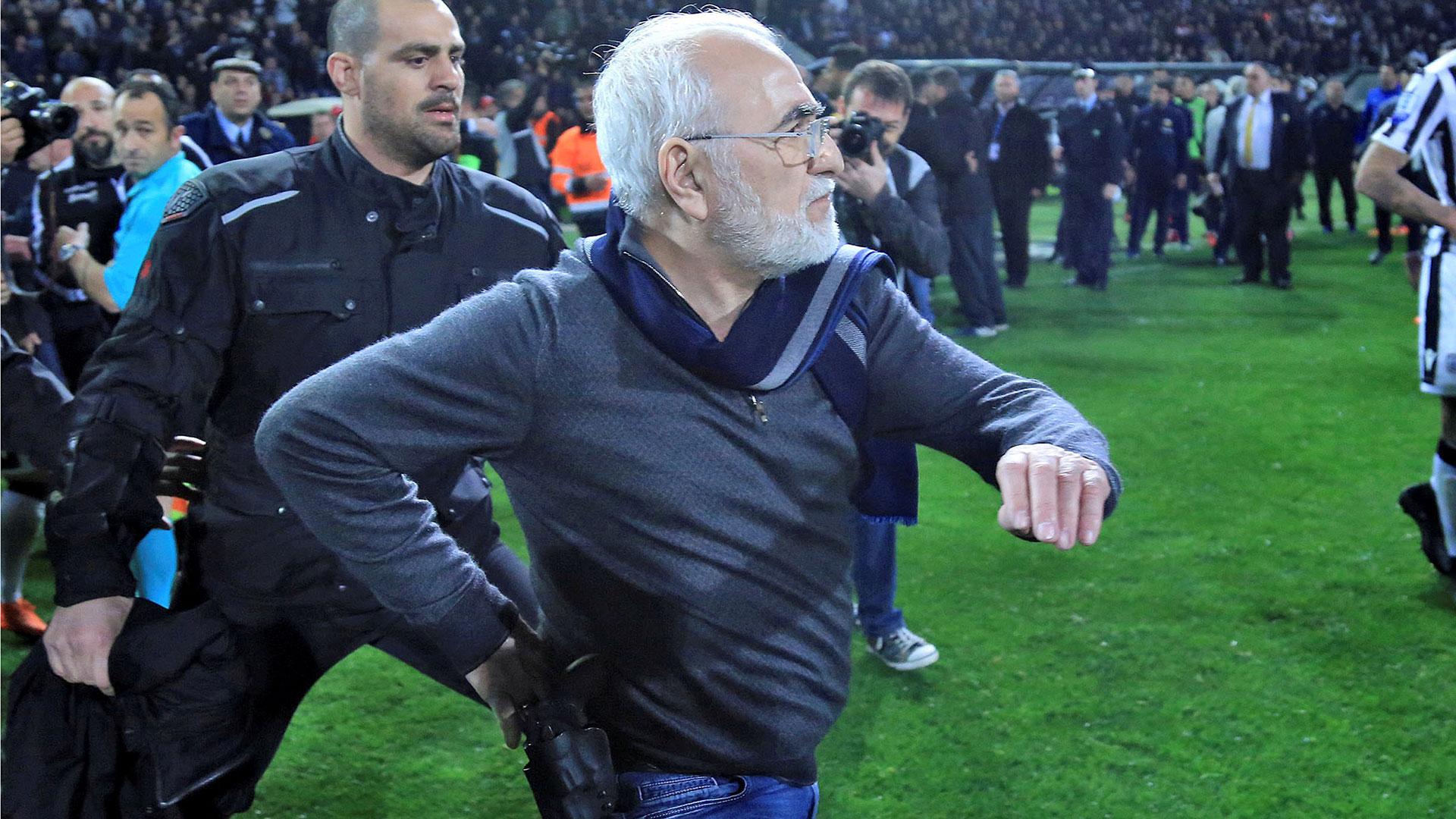 El presidente del PAOK de Grecia ingresó con una pistola a amenazar a un árbitro (Reuters)