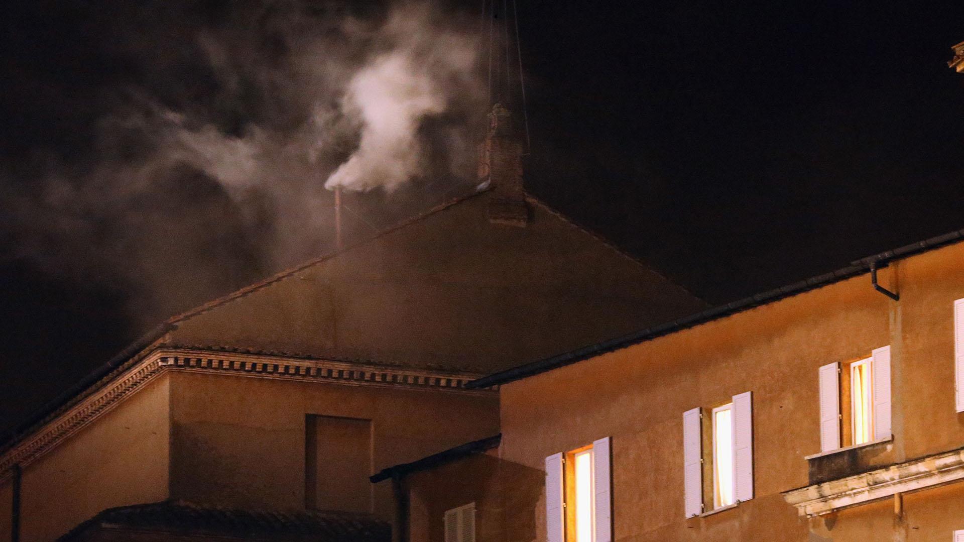 13 de marzo de 2013: el humo blanco que emerge de la chimenea de la Capilla Sixtina indica que el Colegio de Cardenales ha elegido al 266º papa, sucesor de Benedicto XVI