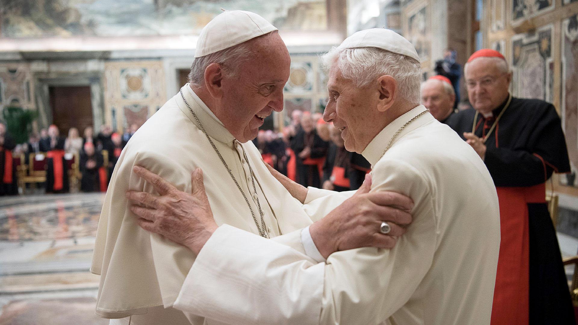 El papa Francisco junto a Benedicto XVI, quien renunció a su cargo en febrero de 2013