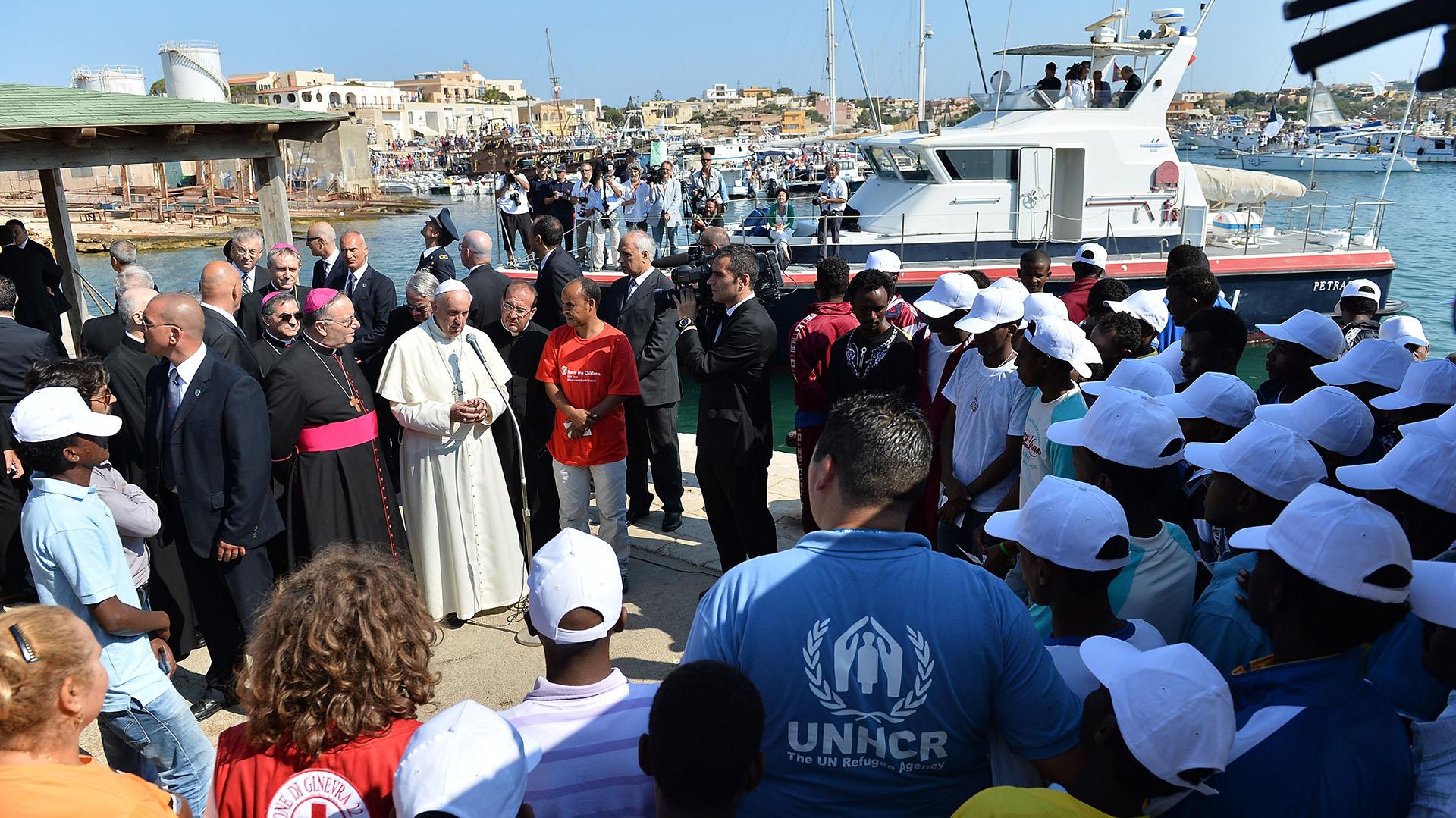 8 de julio de 2013, Lampedusa, Italia: el papa Francisco se encuentra con un grupo de inmigrantes en su primer viaje fuera de Roma. Poco después subió a un bote de pescadores para rendir homenaje en el mar a quienes perdieron la vida tratando de llegar a Europa por esa vía