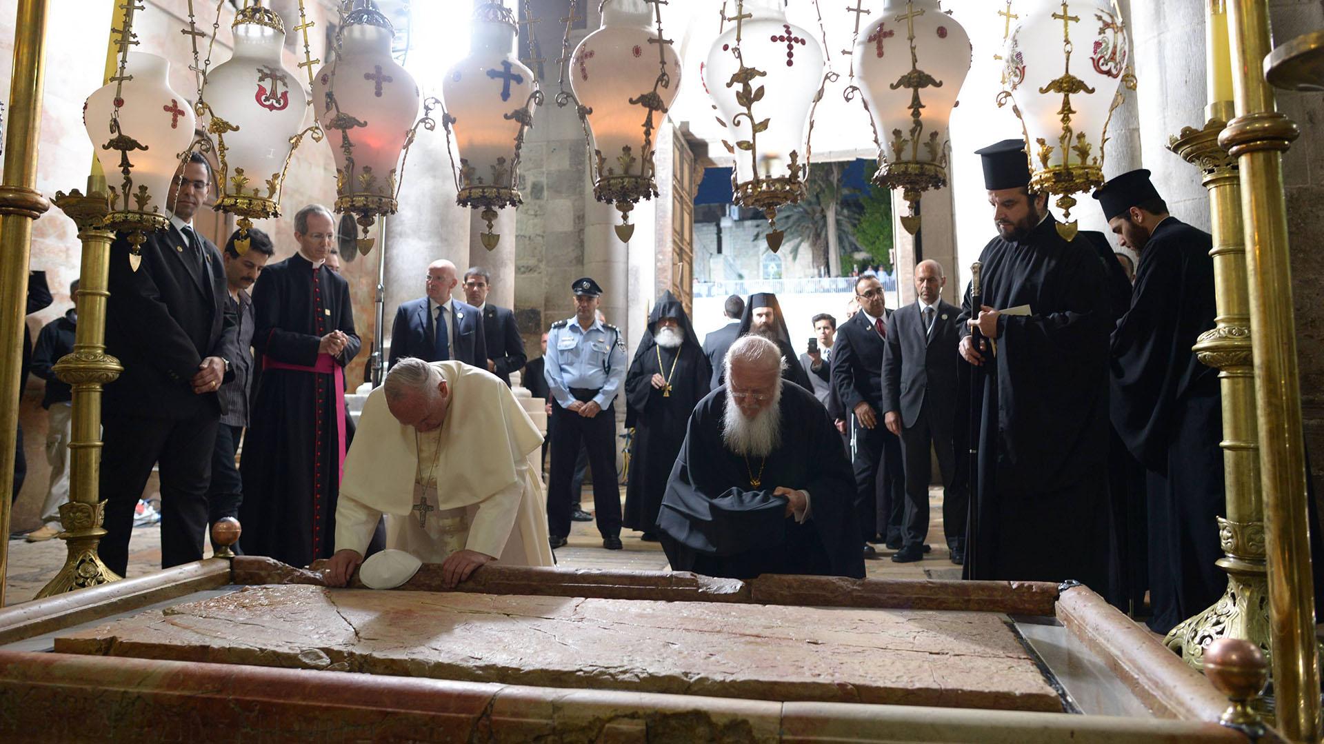 """25 de mayo de 2014, Jerusalén: Francisco visita el Santo Sepulcro durante su viaje por Israel y Palestina. En uno de sus discursos, define el conflicto entre ambas partes como """"inaceptable"""""""