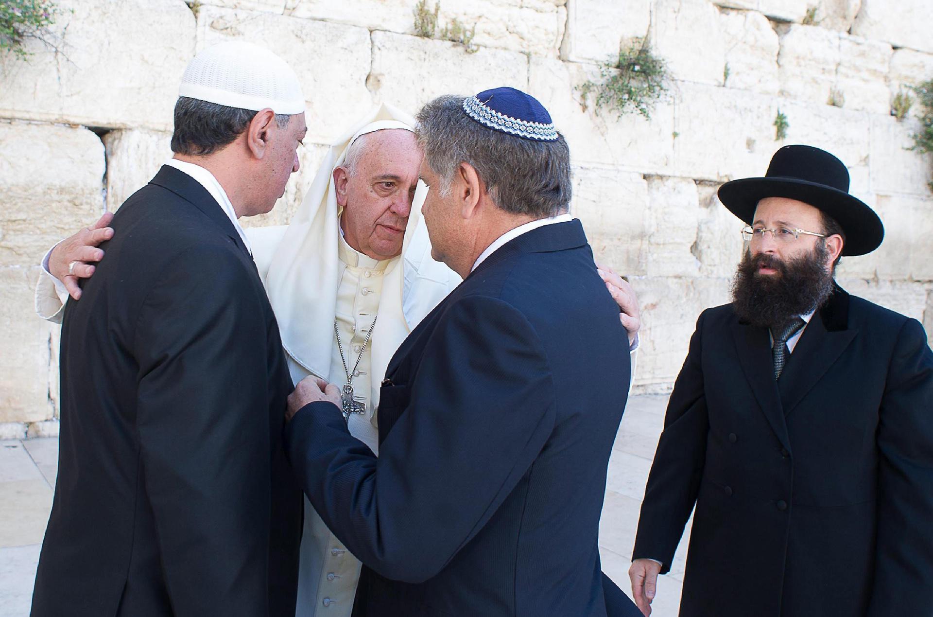 El papa Francisco conversa con sus amigos argentinos el rabino Abraham Skorka (2º de la derecha) y el líder musulmán Omar Abud (izquierda) junto al rabino del Muro de los Lamentos, Shmuel Rabinovitz (derecha), en Jerusalén, el lunes 26 de mayo de 2014