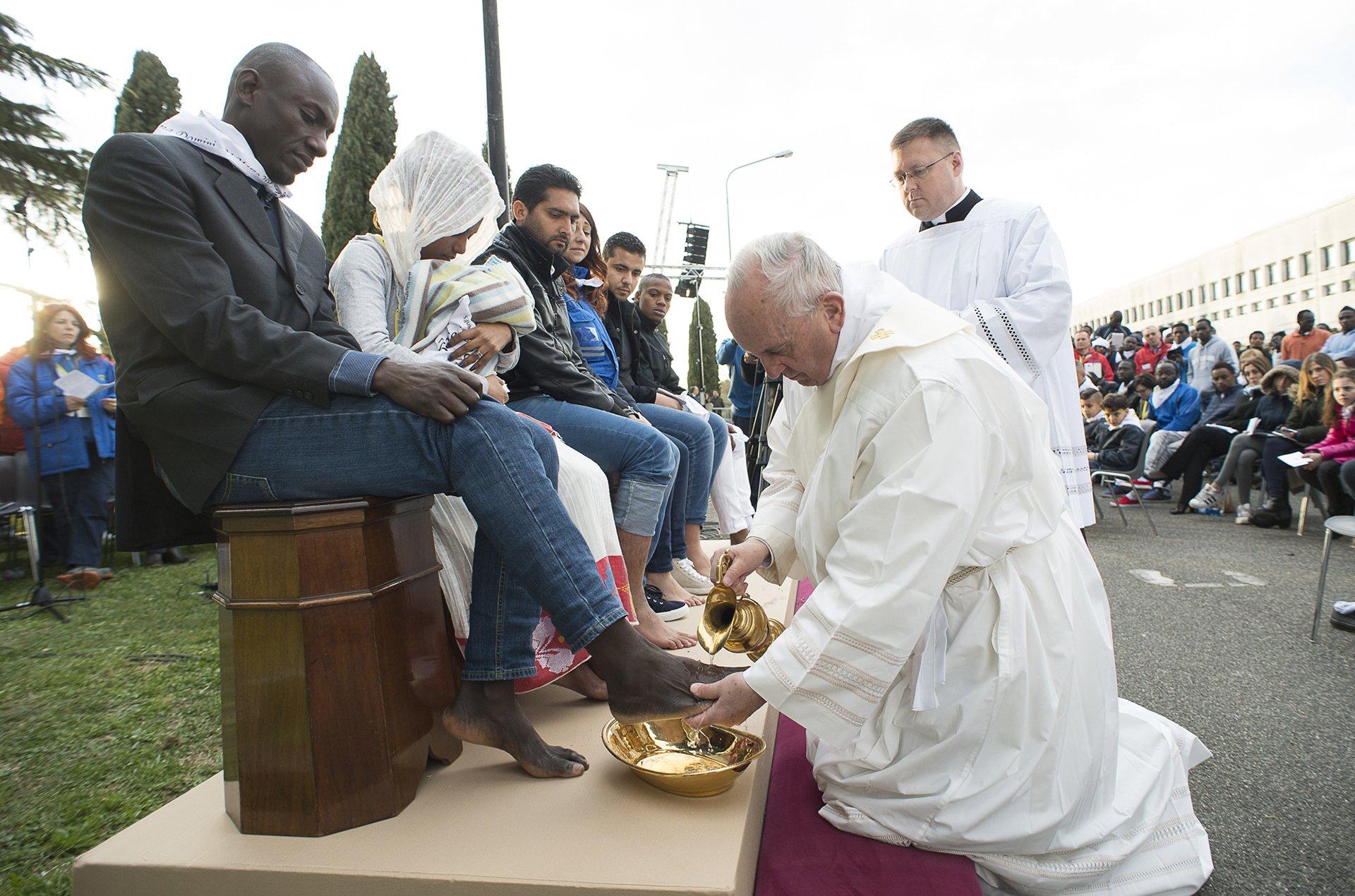 """24 de marzo de 2016: el Sumo Pontífice les lavó los pies y llamó """"hijos del mismo Dios"""" a refugiados musulmanes, ortodoxos, hindúes y católicos. La ceremonia se llevó a cabo en Castelnuovo di Porto"""