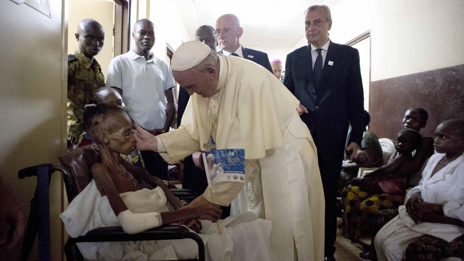 29 de noviembre de 2015: el Papa se encuentra con un paciente durante su visita a un Hospital de Pediatría en Bangui, República Centroafricana