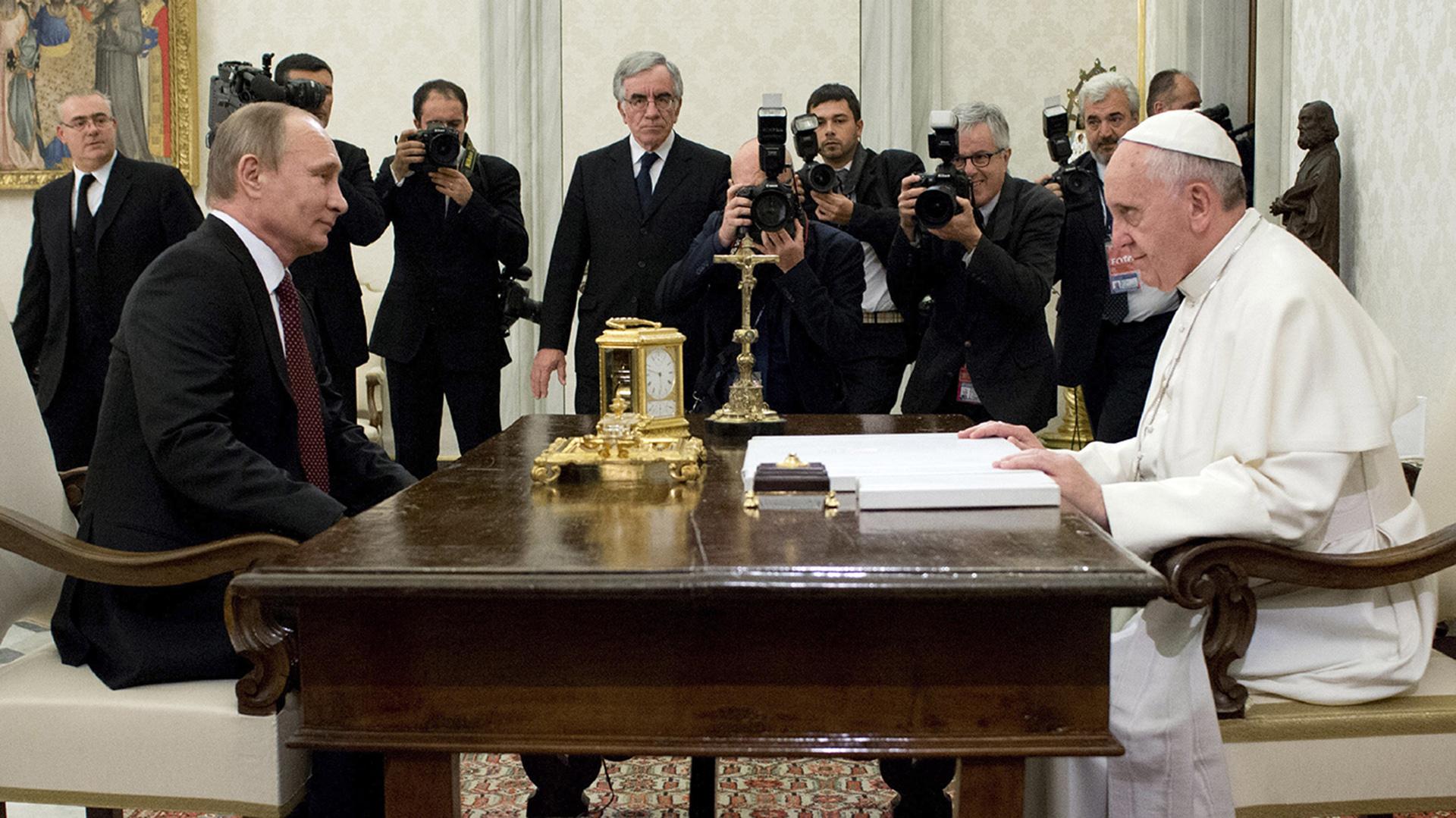 25 de noviembre de 2013: el papa Francisco recibe al presidente ruso Vladimir Putin en el Vaticano