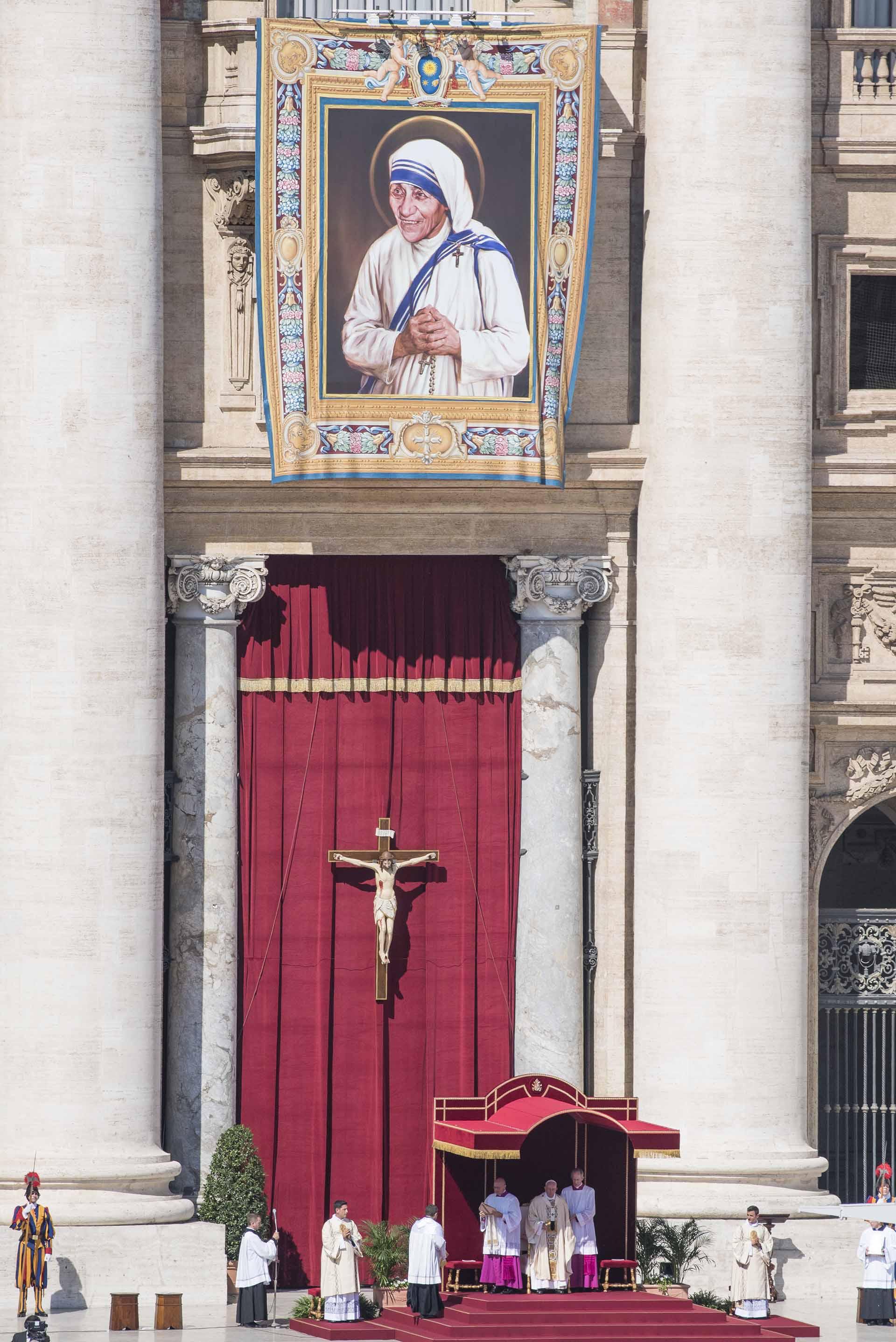 4 de septiembre de 2016: el papa Francisco oficia una ceremonia religiosa durante la canonización de la Madre Teresa de Calcuta en la plaza San Pedro