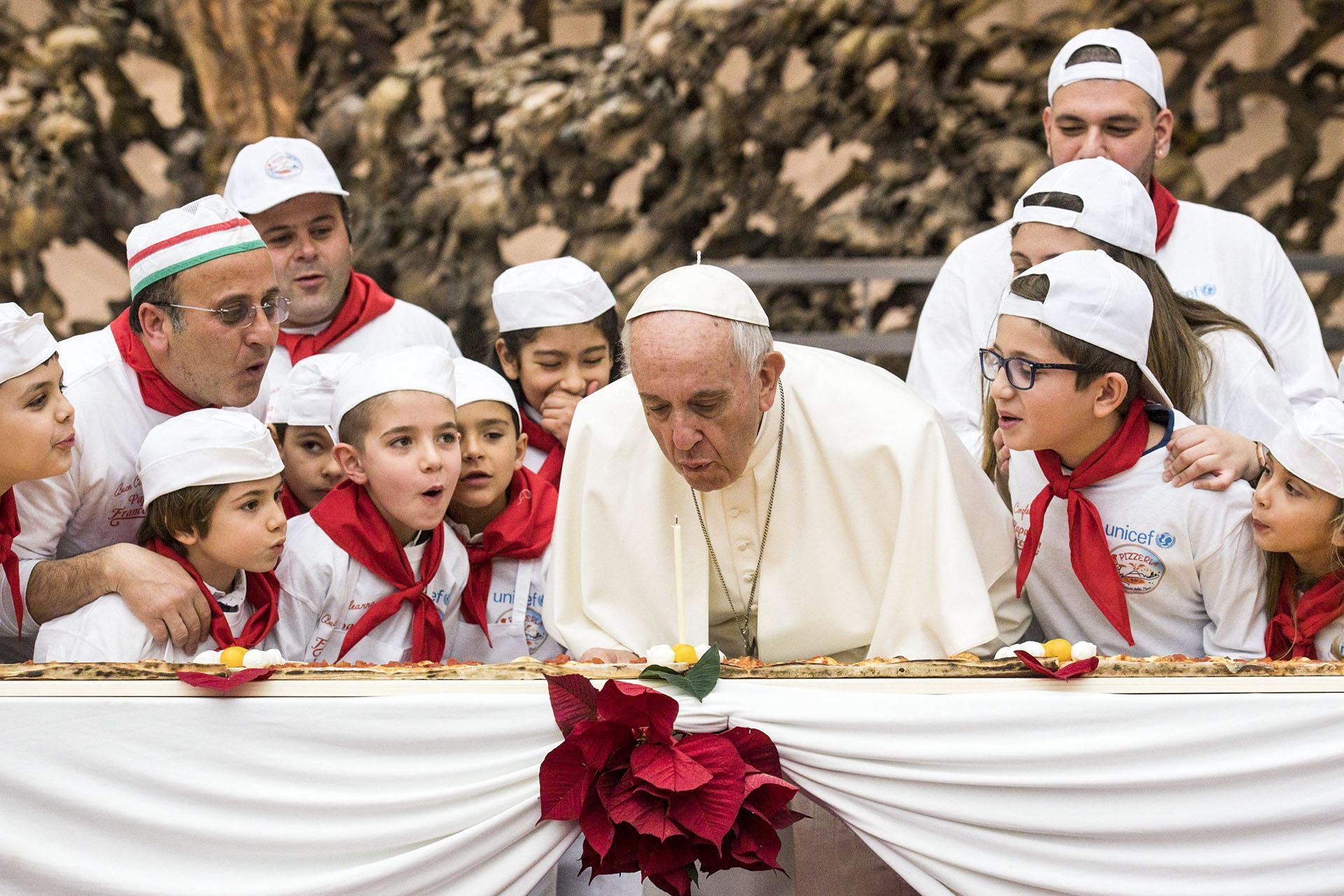 17 de diciembre de 2017: el papa Francisco cumplió 81 años entre mensajes de apoyo y una pizza gigante