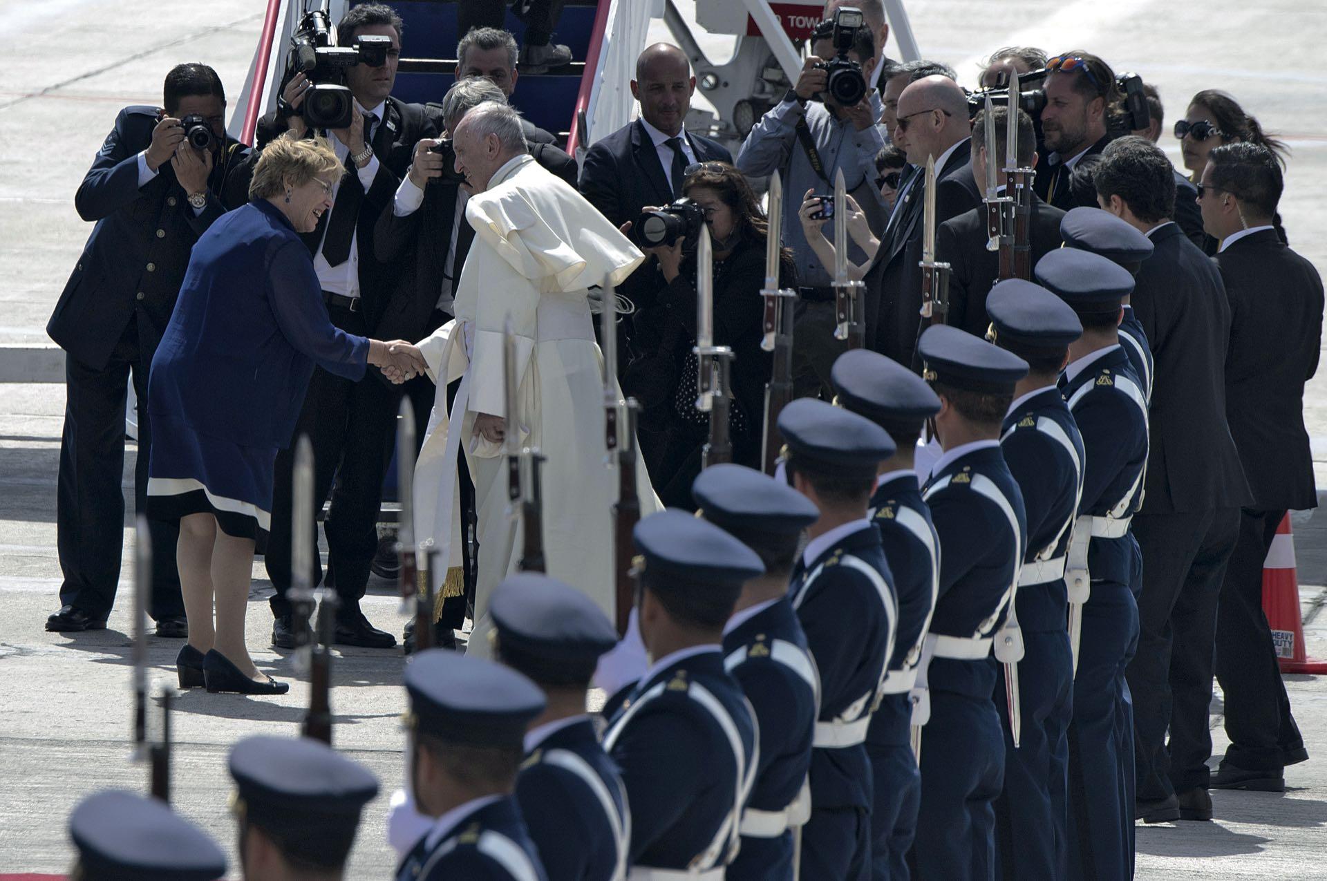 El papa Francisco visita Chile y saluda a la entonces presidente Michelle Bachelet