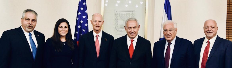 Lior Haiat, Cónsul General de Israel para Florida y Puerto Rico, junto al gobernador de la Florida Rick Scott y el premier israelí Benjamin Netanyahu, en un viaje que llevó a 70 líderes empresariales y educativos de la Florida a Israel, en el marco del anuncio del traslado de la embajada a Jerusalén