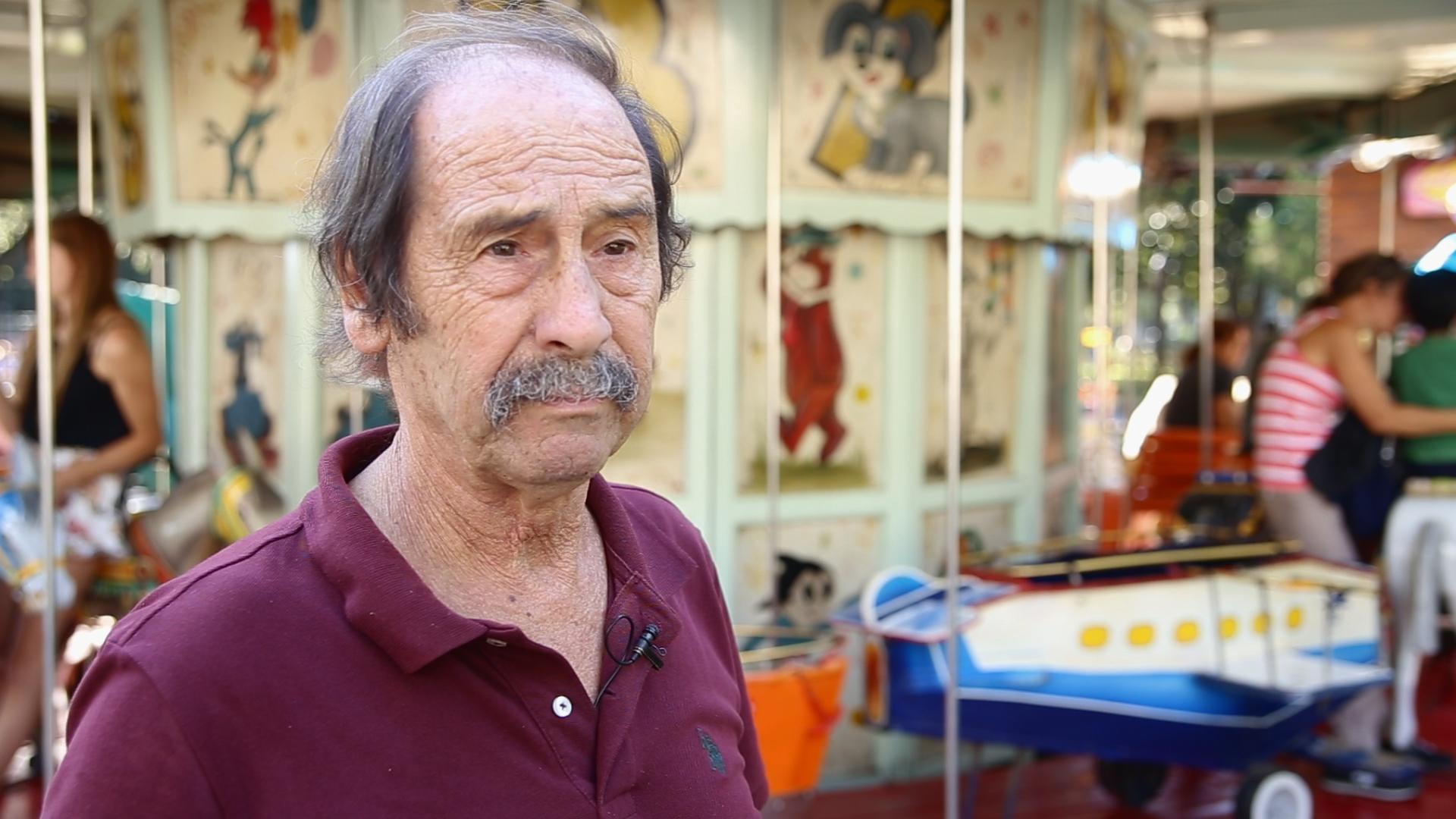 Tito hace 40 años que todas las tardes le da alegría a la calesita de Devoto (Ricky Levy)