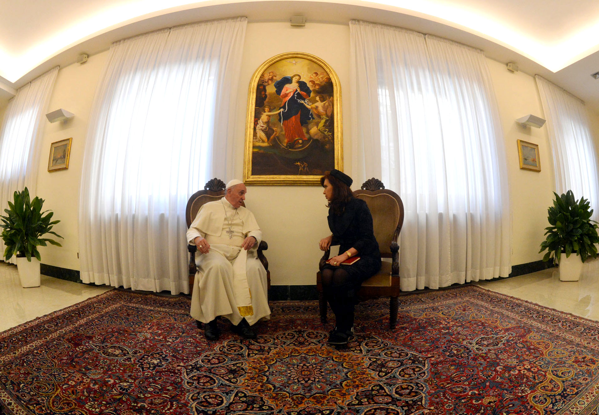 17 de Marzo de 2014. El Papa Francisco recibió a la entonces presidente argentina Cristina Kirchner en su residencia de Santa Marta, en el Vaticano.
